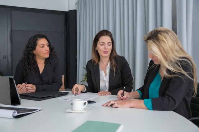 vrouwen schrijven in een kantoor